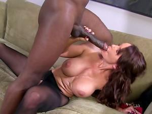 Dark haired Mummy likes deep and hard vulva pounding