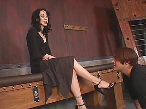 Ambitious foot worship dark-haired in high high-heeled shoes pose lovely before luving her toe being gobbled