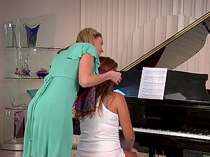 Piano educator puts her skilled thumbs to work on a dame's cunnie