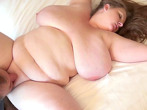 Alluring fat stunner can't wait for her face to be decorated with spunk