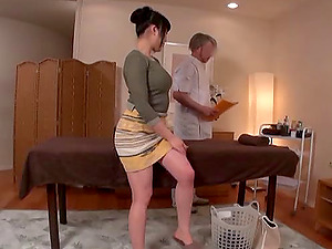 Japanese woman comes back the favor by sucking the masseuse's schlong