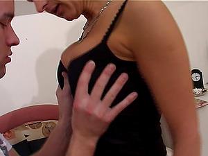 Slender soccer mom likes having her orgasmic cunt penetrated
