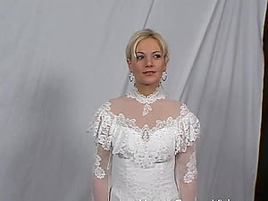 Super-cute stunner in a wedding sundress spreads her gams for a nice fuck