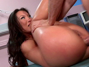 Kinky nurse attack a spectacular patient for a quick hook-up game