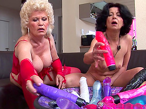 Experienced honeys Raquelle and Francsina adore playing with big playthings