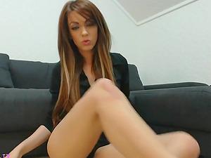 Hot stunner sucking her own feet