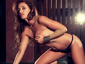 Tara Marie shows her natural beauty and poses for the web cam
