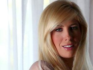 Hot Blondie Frigs Herself