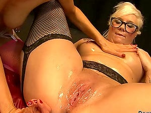 Hot Lezzie Handballing for a Blonde in Glasses with Juice Dribbling Vulva