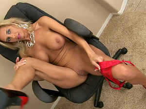 Amber Lynn gives a terrific bj and gets jism on her breasts