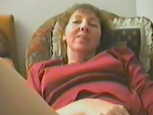 Mature bitch gets her cunt finger-tickled in homemade clip