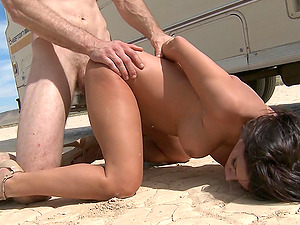 Gorgeous Dark haired In A Sexy Boulder-holder Getting Rocked Outdoor