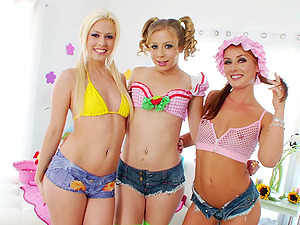Girl-on-girl Teenagers In Cut-offs Have Joy Munching and Frigging