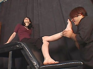 Mina Meow gets her feet massaged and smooches in foot worship clip