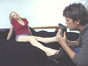 Glamour foot worship scene with Saraliz wearing cut-offs