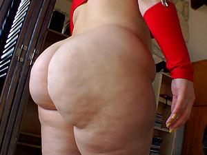 Sexy porno solo cutie displays inviting assets in a hot erotic activity