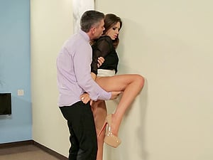 Nasty office affair with Veronica Vain and her amazing bod