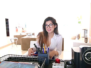 Nerdy hot assistant uses that sweet labia to make her chief blessed