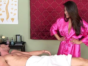Fellow luvs his rubdown so much he gobbles the masseuse's twat