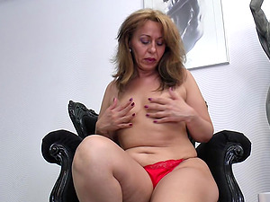 Saggy hooters and a fat booty on the masturbating mature honey