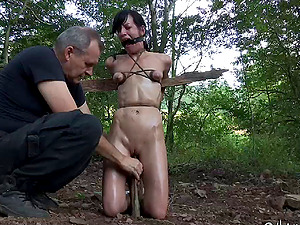 Sexy stunner Elise Graves and her very very first outdoors Domination & submission escapade
