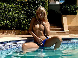 Gorgeous blonde masturbates her cootchie after sunbathing
