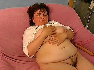 Fleshy mature lady Yalenka knows how to make herself pleased