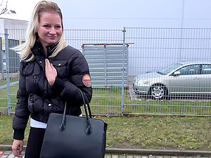 Stranded hitchhiker Lora gets her pussy taken care of in a car