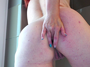 Amateur mature redhead granny Elonka masturbates in the shower