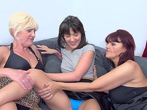 Lesbian mature amateur threesome with Evita S. and Petunia