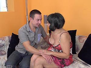 AMateur brunette mature MILF Kisha gets her feet licked before a fuck