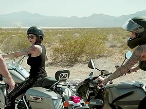 Tattooed biker babes Anna Bell Peaks and Felicity Feline share a dick