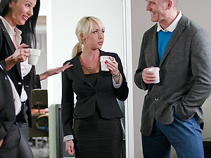 Valentina Ricci gets her pyssy fucked in the bathroom by her handsome boss