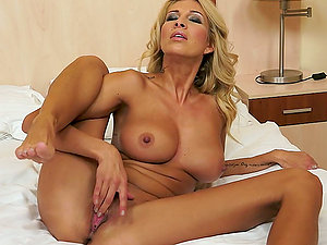 Clara G. fucktoys her vulva and favours herself with going knuckle deep
