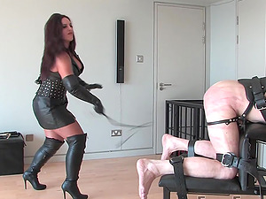 Mistress Ezada loves to brutally humiliate and torture her slave