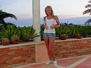 Natalia Forrest luvs finger-tickling her labia in the evening
