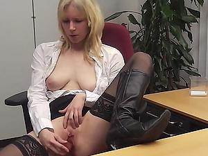 Die deutsche Sekretärin masturbiert am Arbeitsplatz mit einem Spielzeug