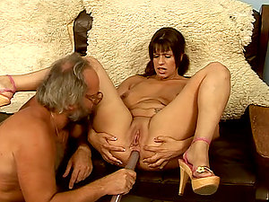 Big damsel Hulda spreads her gams for some rectal glory