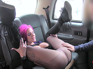Pink haired amateur slut Alexxa gives a blowjob to the taxi driver
