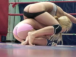 Amazing Catfight: Blonde Vs Blonde !