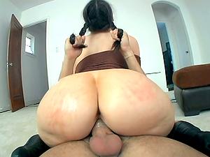 Milky Chick Caroline Pierce and Her Gigantic Booty Pleasing a Big Shaft