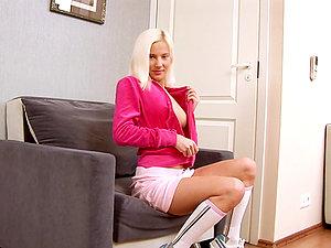Blondie in socks is shrieking so noisy from her own abilities