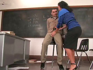 Brown-haired tranny Ariel Everitts pounds Rico's culo in a classroom