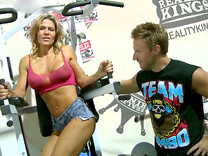 Stunning Sporty Cougar Gets Banged by a Fellow She Met at the Gym